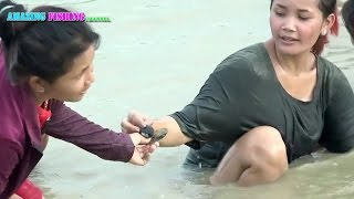 How to catch clams - beautiful girl catch crab - amazing girl catching snail