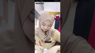 Liatin uting jilbab hot di goyang atas meja mantoel