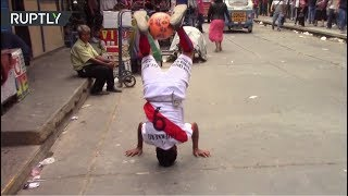 85-летний пенсионер чеканит мяч на улицах Перу