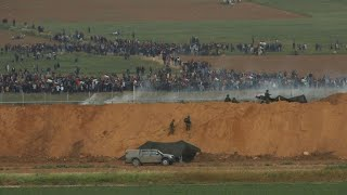 Clashes as thousands of Gazans march near Israel border thumbnail
