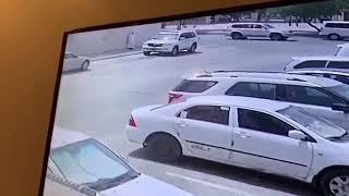 مجهول يضرم النار في سيارة متوقفة بأحد الشوارع والسبب غير معروف (فيديو)