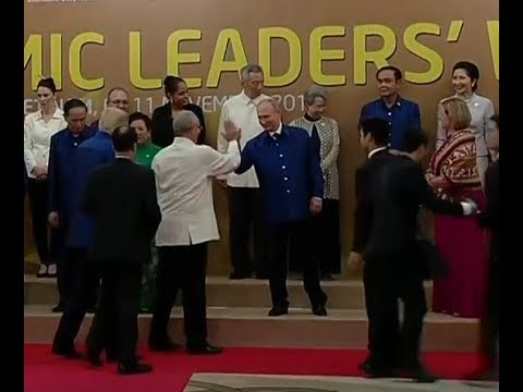 Путин дал пять президенту Перу Пабло Кучински на саммите АТЭС во Вьетнаме