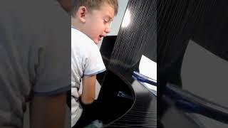 Мальчик не хочет делать уроки