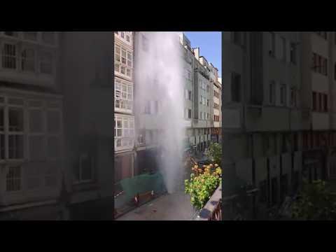 Fuga de agua en la calle Peña Herbosa