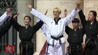 한국 태권도 시범단 교황 앞에서 시범공연 펼쳐