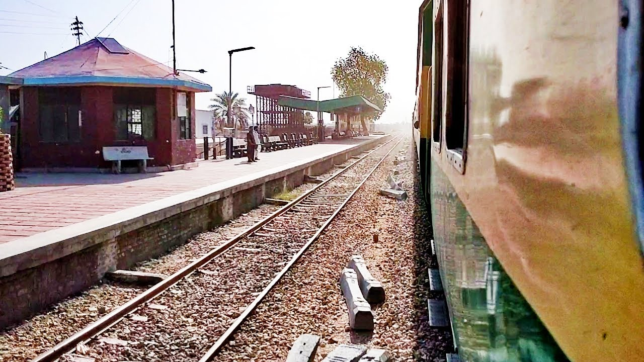 Pakistan Railways:1up Khyber Mail crossing Daharki Railway Station