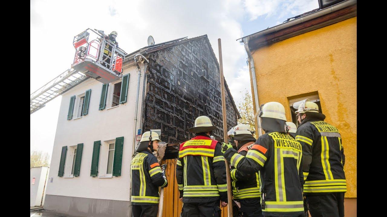 Carportbrand greift auf zwei Wohnhäuser in Kostheim über