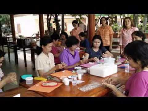 กลุ่มศูนย์ฝึกอาชีพชุมชน การประดิษฐ์ดอกไม้จากดินไทย