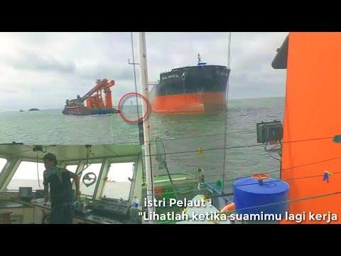 Kapten Hebat !! Menyandarkan Floating Crane Tanpa asits tug | video Pelaut