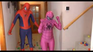 Video per bambini   Spiderman con Spiderman rosa e Spiderman Nero e le palline c
