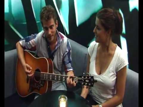 Tim Akkerman zingt liedje voor MeerTelevisie reporter Marieke Elsinga - YouTube