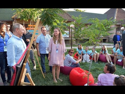 Putin Meets with Young Russian Artists at Crimean Forum