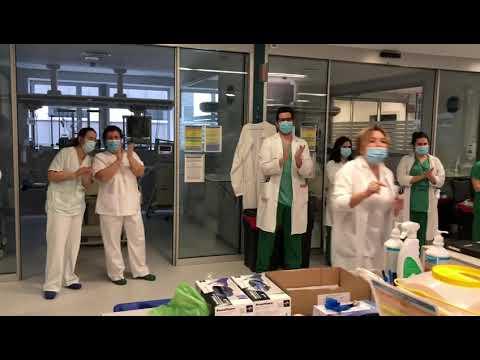 Los médicos de la Uci rinden homenaje a enfermeros, auxiliares y celadores