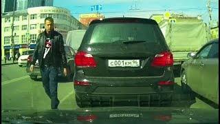 Оскорблённый водитель Mercedes устроил дорожные разборки в центре Екатеринбурга