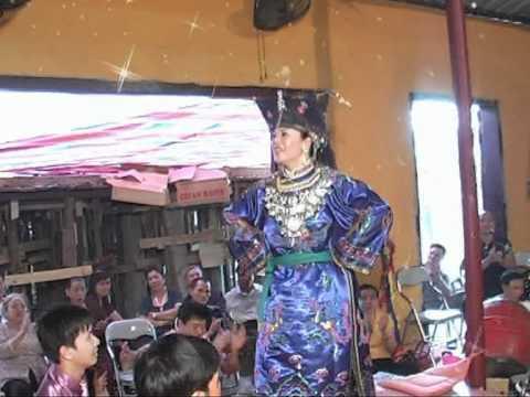 Thanh đồng Phạm Thị Hoa Hầu tại đền cô bé xương rồng