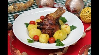 Голень индейки, запеченная с яблоками.