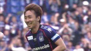 ミドルレンジでボールを持った倉田 秋(G大阪)が左足でのシュートをゴ...