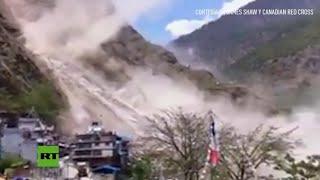 Enorme deslizamiento de tierra causado por el nuevo terremoto en Nepal