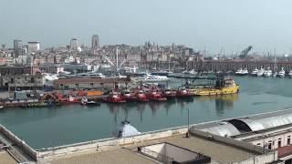 ジェノヴァ港に停泊する大型客船からのジェノヴァの眺めと出港 Genova