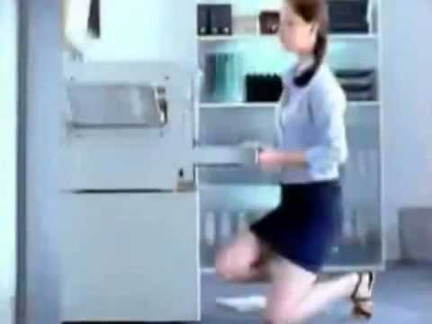 ofiste seksi kızın etek altı