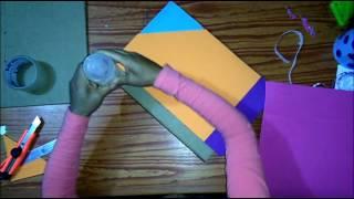 Muestra la elaboración de un folder hecho en base a carton y forrad...