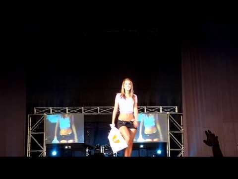 Una desconocida y luego Vanessa Tello en short FIA 2010 Fashion Fia (HD)