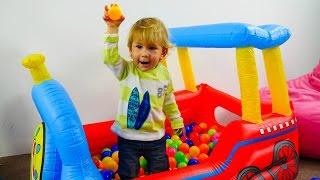 Дети и родители: Эмир и бассейн с шариками. Развивающее видео для детей.(В этом развивающем видео малыш Эмир вместе с мамой будет играть в бассейне с шариками. Но не просто играть,..., 2016-05-10T09:27:16.000Z)