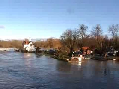 THAMES IN FLOOD Goring and Streatley 9th Jan 2014