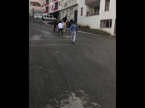 Trabzonsporlu Onazi sokakta çocuklarla futbol oynadı