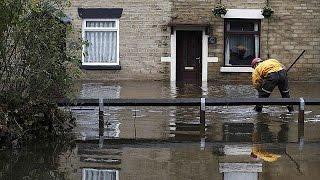 مياه الأمطار تجتاح منازل وشوارع بريطانيا