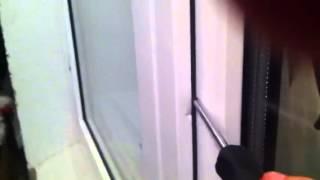 Мой кот хочет погулять на балконе и пытается открыть дверь.