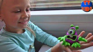 Едем на поезде Домой! Путешествие в Киеве закончилось, Ярослава показывает Фокусы Видео для детей