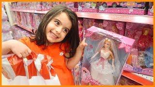 Karne Hediyesi Almak İçin Oyuncak Alışverişine Çıktık, Gelin ve Damat Barbie Aldık | Çocuk Videosu