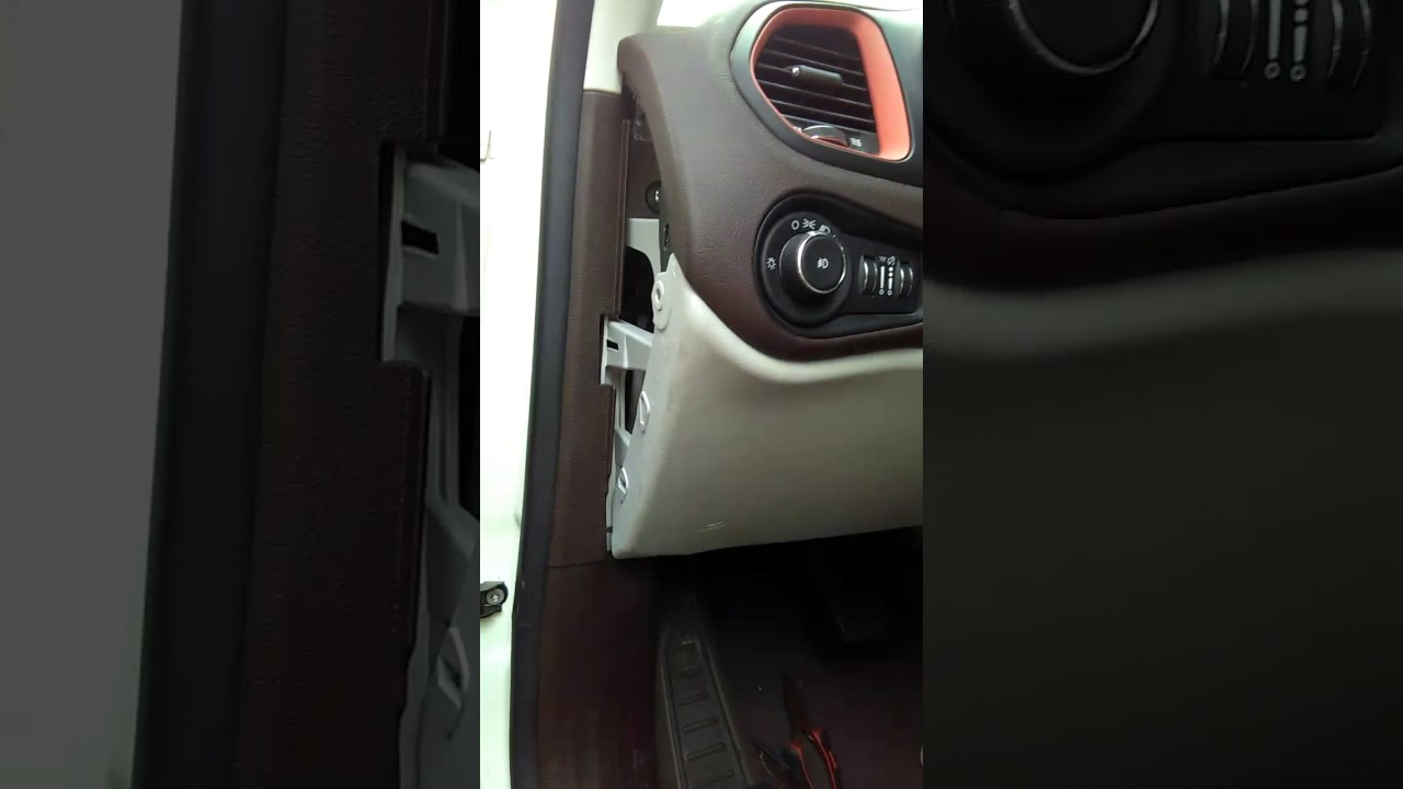 FUSIBLES JEEP RENEGADE LAUDE 2015 - YouTube on renegade jeep engine, renegade jeep roof, renegade jeep grille, renegade jeep hood,