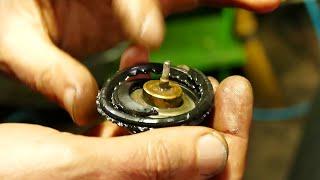 Меняйте термостат с резиновым уплотнением после попадания масла в систему охлаждения