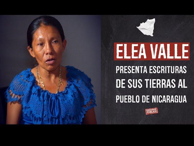 Elea Valle presenta las escrituras de sus tierras al pueblo de Nicaragua