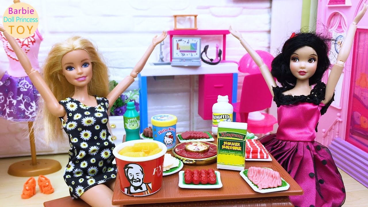 Barbie princess toy, Barbie and Snow White eat hot pot in the bedroom