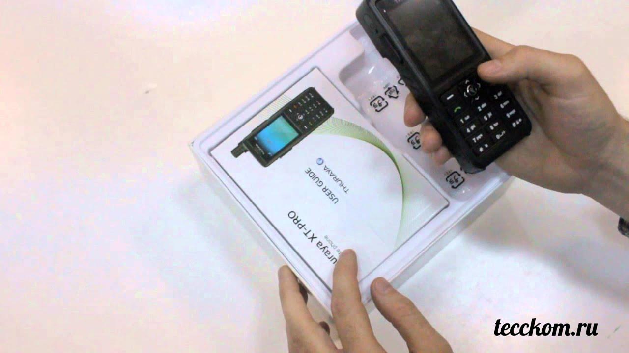По размеру спутниковый телефон сравним с обычным мобильным телефоном, выпущенным в конце 1980-х-1990-х годах, но обычно имеет дополнительную антенну. Существуют также спутниковые телефоны в стационарном исполнении. Такие телефоны используются для связи в зонах, где отсутствует.