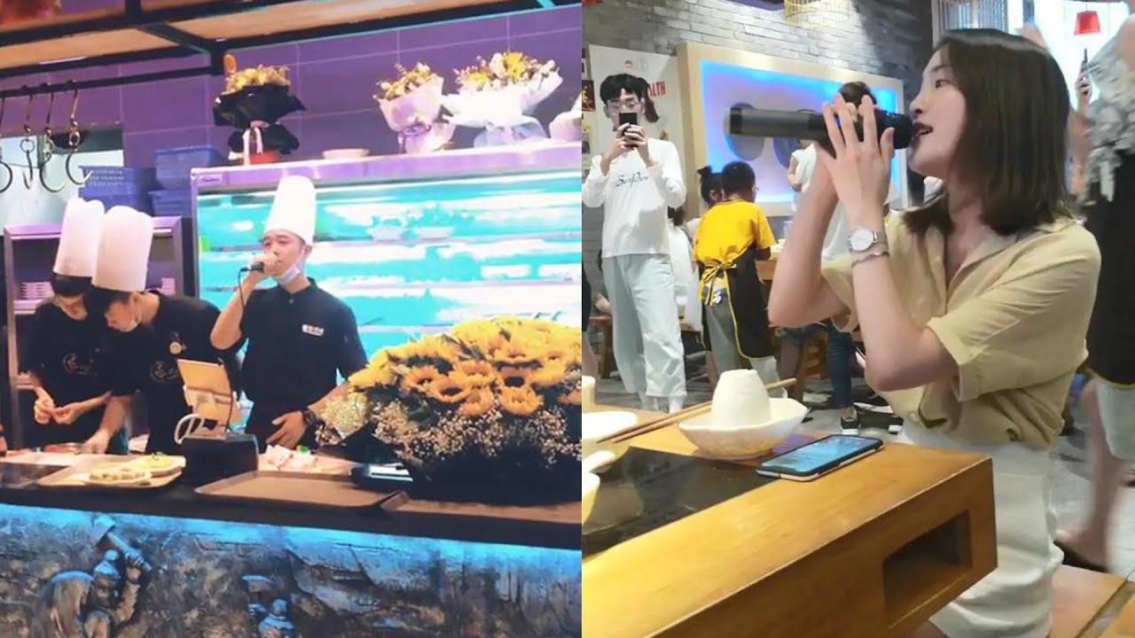 """火锅店服务员和女顾客合唱《好心分手》,开口就是王炸,网友:来""""砸场子""""的?"""