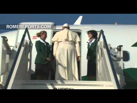 Pope Francis boards the papal plane that will take him to Jordan