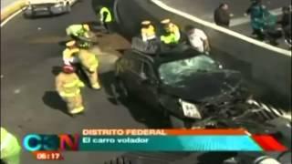 ¡IMPRESIONANTE! Auto impacta contra barra de contención y cae 7 metros en periférico