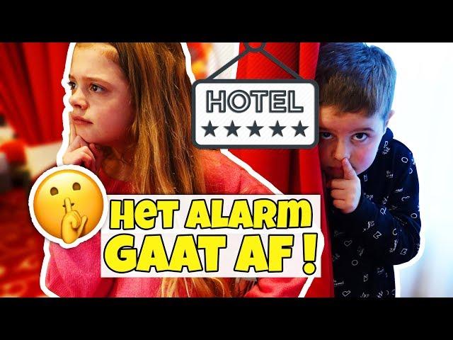 VERSTOPPERTJE SPELEN (in onze hotel suite)!! 🙈 - Broer en Zus TV VLOG #263