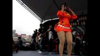 Konser Reni Farida Di Taiwan_srengenge_kesurupan Buka Baju