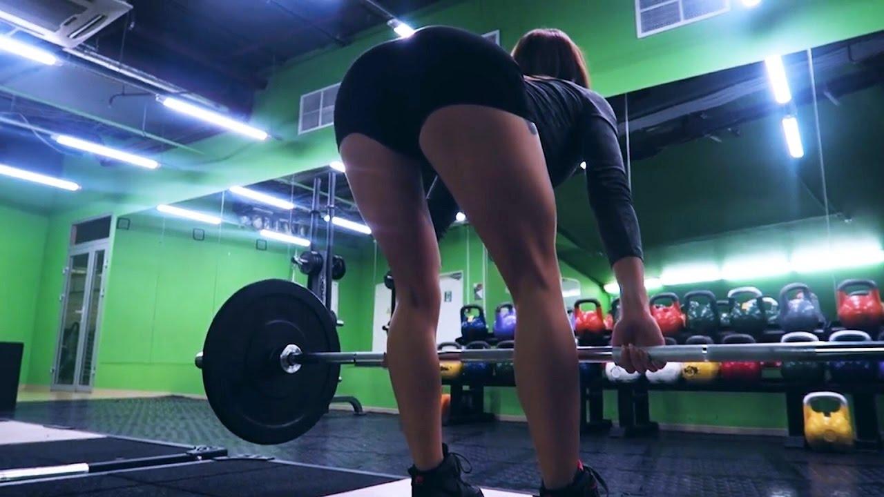 Девушка правильно  качает ноги / упражнения с железом