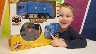 Машинка мусоровоз,  Видео для детей, на YouTube(Машинка мусоровоз, Видео для детей, Артур и Даня играют машинкой на радиоуправлении с энерционным рулем..., 2016-01-28T16:51:48.000Z)