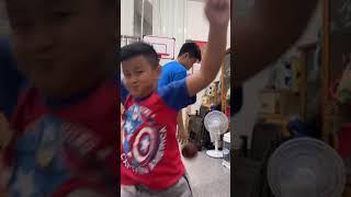 疫情期間不能外出打球的宇諺兩兄弟把客廳當籃球場