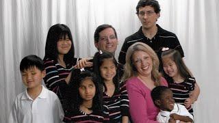 Ihre 6 Kinder werden auf der Straße angestarrt, denn s...