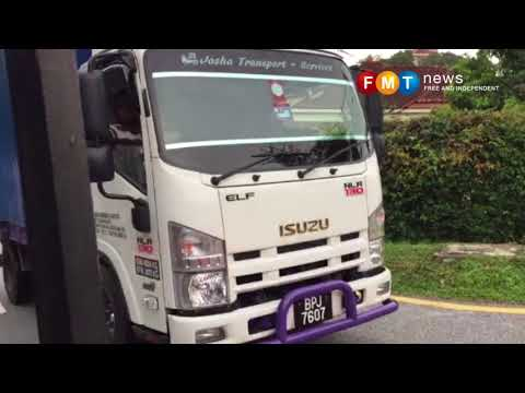 Sebuah lori angkut barang keluar dari rumah Najib