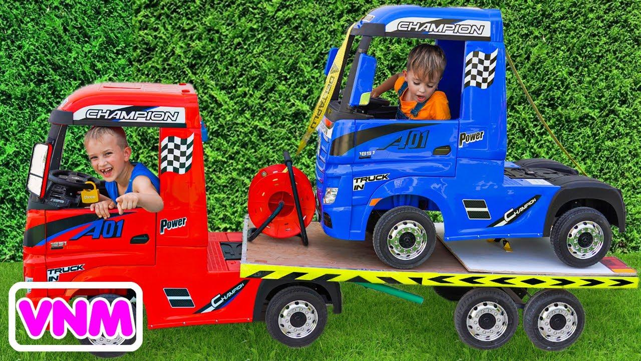Download Niki đi trên xe tải kéo và chơi bán chiếc xe đồ chơi cho trẻ em