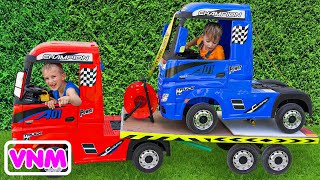 Niki đi trên xe tải kéo và chơi bán chiếc xe đồ chơi cho trẻ em